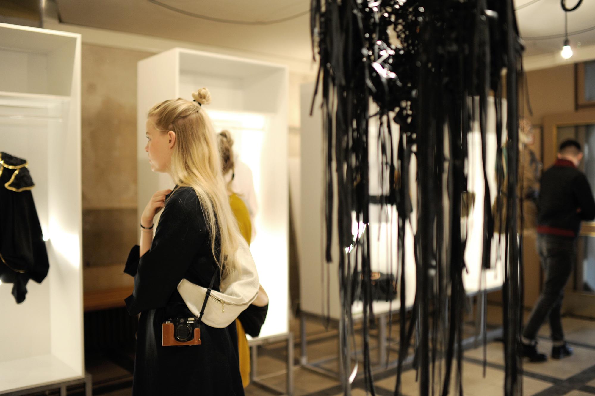 gerrit_schweiger-Young-European-Talents-Workshop-Exhibition-2013-Mode-Ausstellungsraum-Vernissage-Raum-Komplett-Blonde