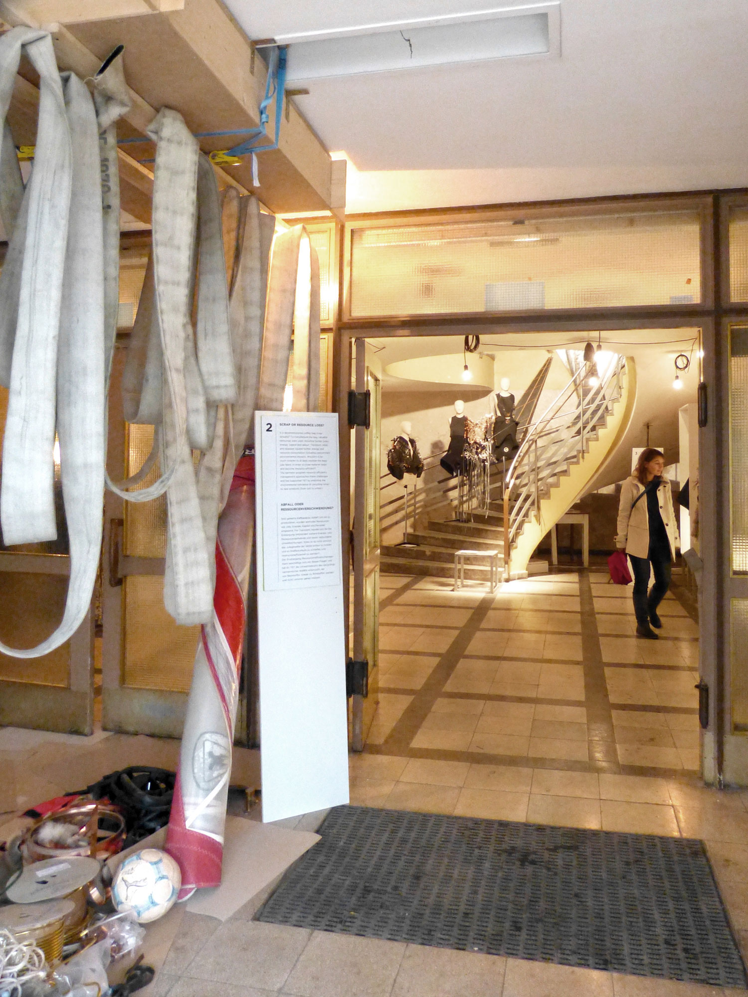 gerrit_schweiger-Young-European-Talents-Workshop-Exhibition-2013-Ressourcen-Effizienz-Management-FoyerREM3